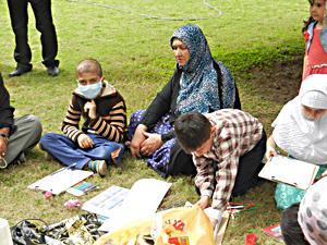 小児白血病で入院している患者と家族と近くの公園でのピクニック
